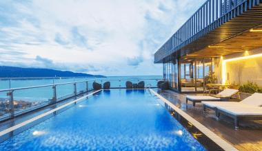 Pavilion Hotel cung cấp phòng nghỉ hiện đại đi kèm WiFi miễn phí